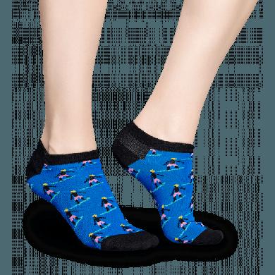 Nízké modré ponožky Happy Socks s barevnými surfaři, vzor Surfer